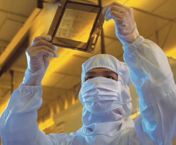 시스템반도체 산업은 팹리스(설계)와 파운드리(위탁생산)로 분리돼 있다. 사진은 전세계 파운드리 시장의 48%를 차지하고 있는 대반 TSMC에서 반도체를 생산하는 모습이다. TSMC 제공