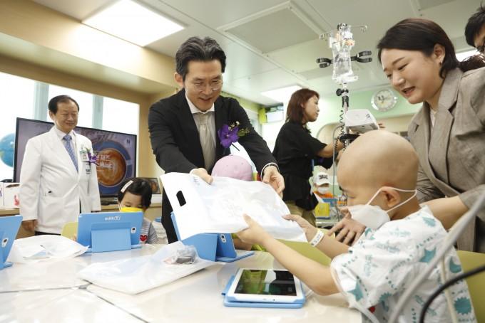 교육부와 서울대어린이병원학교, 천재교육, 삼성전자가 25일 서울대어린이병원에서 ′함께교육 캠페인′ 발대식을 개최했다.