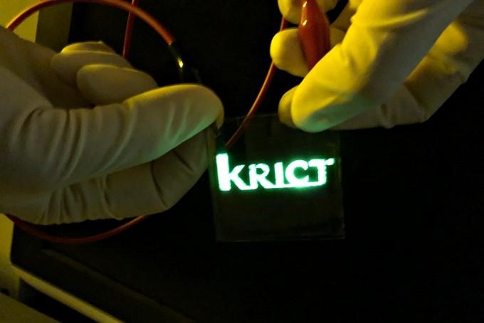 친환경 고강도 바이오플라스틱을 투명기판으로 하여 만든 OLED 시제품들. 사진제공 한국화학연구원