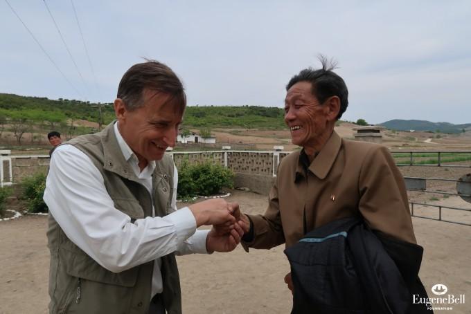 북한의 한 환자가 결핵을 완치한 뒤 인세반 유진벨재단 회장(왼쪽)에게 감사 인사를 하고 있다. 유진벨재단 제공