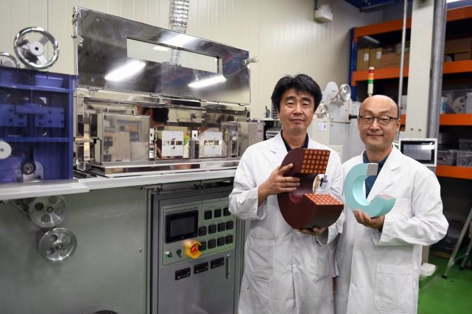 김석환·조영식 책임연구원이 ′스마트 인슐레이션′ 연구실에서 크기와 무게가 줄어든 초전도 전자석 모형을 들고 포즈를 취하고 있다. KERI 제공
