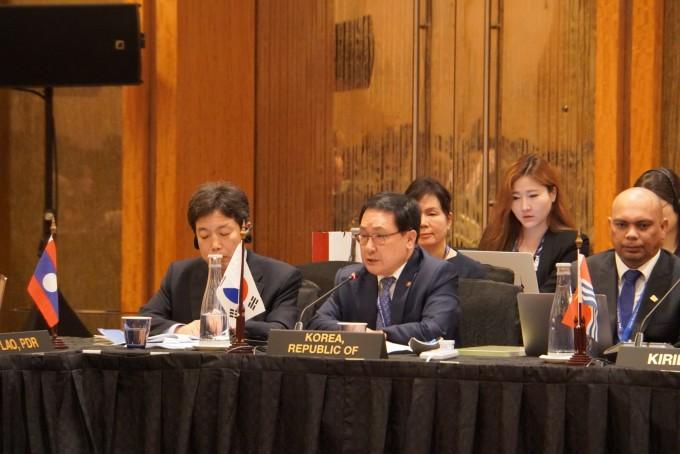 유영민 과학기술정보통신부 장관이 6월 25일 싱가포르에서 열린 APT 정보통신장관회의에서 대표 정책연설을 하고 있다. 과기정통부 제공.