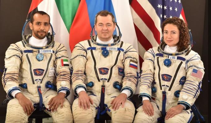 소유즈 MS를 타고 우주정거장으로 향할UAE의 첫 우주인과 후보 우주인이 발표됐다. UAE의 첫 우주인으로 탑승할 알 만소리(맨 왼쪽)가 동승할 우주인들과 함께 사진을 찍었다. MBR 우주센터