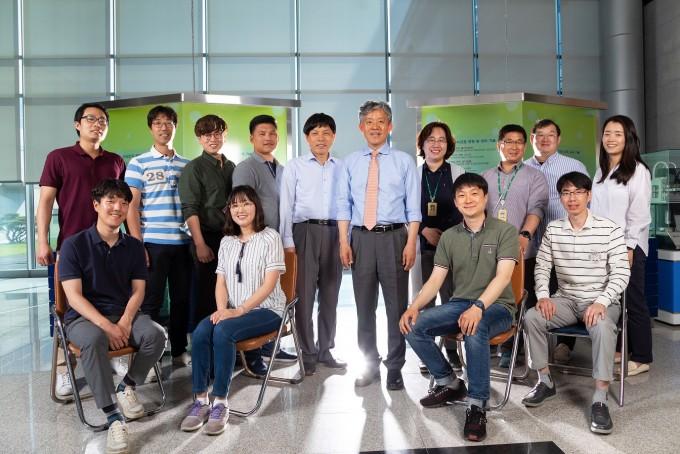 파동에너지극한제어연구단 구성원들이 대전 유성구 한국기계연구원에 위치한 연구실 건물에서 포즈를 취했다. 세상에 없는 물성을 지니는 메타물질을 설계하고 있다. 사진 제공 홍덕선 작가