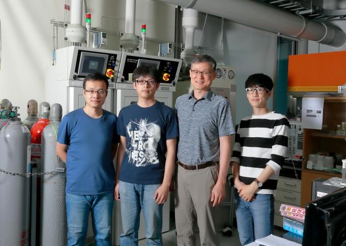 UNIST 연구팀이 백금보다 효율이 높은 새로운 촉매를 개발했다.왼쪽부터 가오펑 한 (Gao-Feng Han ) UNIST 연구원, 펑 리 UNIST(Feng Li) UNIST 연구원, 백종범 교수,  노혁준 UNIST 석박사통합과정 연구원. UNIST 제공