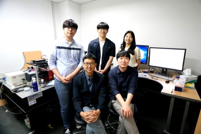 조재흥 DGIST 신물질과학전공 교수(앞줄 왼쪽), 서대하 교수(앞줄 오른쪽)와 연구진. DGIST 제공.