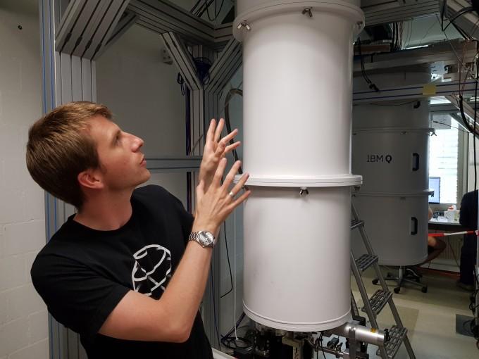 양자컴퓨터의 원리를 설명하고 있는 다니엘 에거 IBM 리서치 취리히 연구원. 이영혜 기자