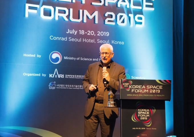 크리스 웰치 국제우주대학(ISU) 사무총장이 20일 서울 여의도 콘래드호텔에서 개최된 ′사이언스바캉스′에서 누구나 우주인이 되는 우주관광시대에 대해 설명하고 있다. 코리아스페이스포럼 제공