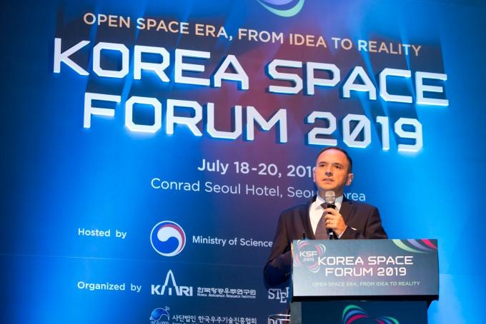 [코리아 스페이스포럼] 지구 저궤도 위성통신망, 위성 생산효율 10배 높여 현실화