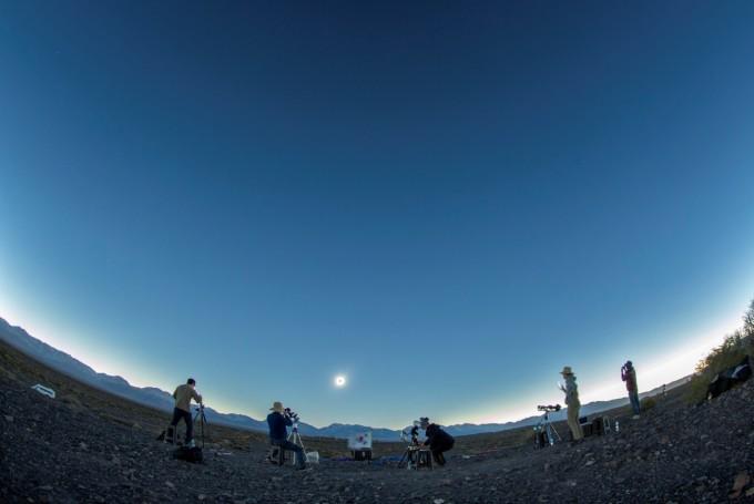원정관측팀이 태양 코로나 영상 분광 관측을 목적으로 관측연구를 수행하고 있다. 천문연 제공