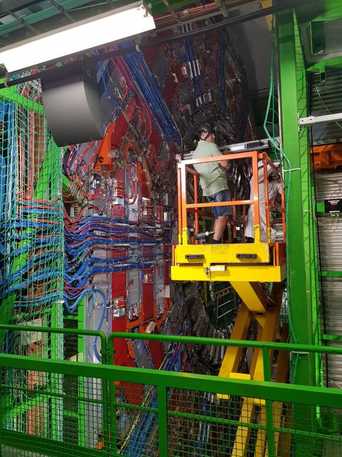 유럽입자물리연구소(CERN)의 ′CMS′(뮤온 압축 솔레노이드) 모습. CMS는 대형강입자가속기의 검출기 중 하나다. 연합뉴스 제공