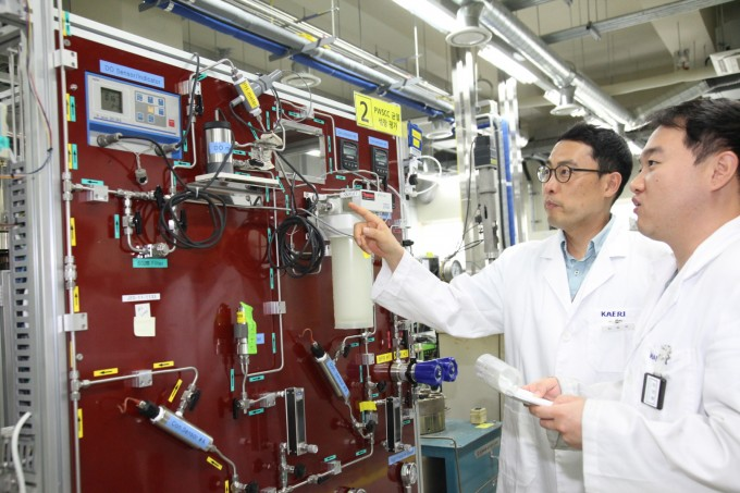김성우 한국원자력연구원 책임연구원(왼쪽) 연구팀은 원전에서 사용 중인 소재 ′인코넬690′의 부식균열을 예측하는 기술을 세계 최초로 개발했다. 연구팀이 실증장비를 통해 부식균열 데이터를 모으고 있다. 한국원자력연구원 제공