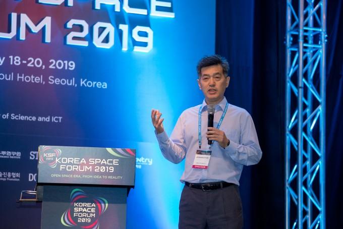 박정우 인텔리안테크 상무는 19일 서울 여의도 콘래드호텔에서 열린 첫 글로벌 우주포럼 코리아스페이스포럼 2019에서 해상과 공중에서도 육상에서처럼 위성 통신을 할 수 있는 안테나 기술에 대해 소개했다.