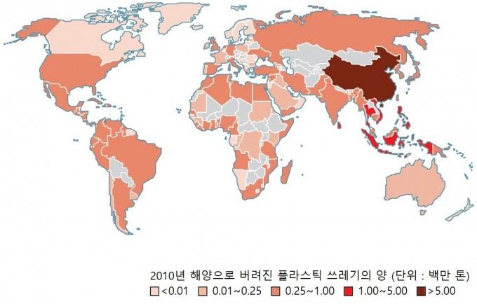 2015년 기준 전 세계의 플라스틱 쓰레기 배출량. 색이 붉고 진해질수록 배출량이 크다는 의미다. 사이언스 제공