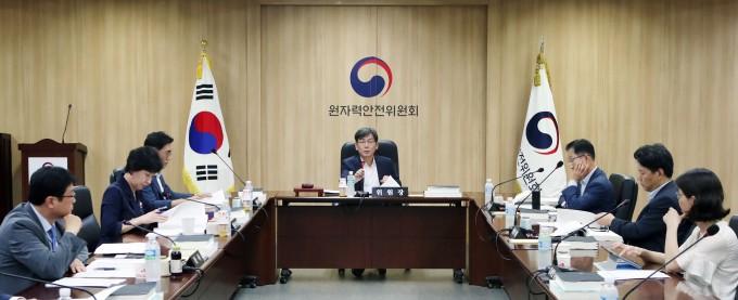 이달 26일 서울 종로구 원자력안전위원회에서 열린 제105회 원자력안전위원회에서 위원들이 안건을 논하고 있다. 원자력안전위원회 제공