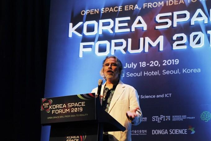 헨크 로저스 인터내셔널 문베이스 얼라이언스 대표가 20일 서울 여의도 콘래드호텔에서 개최된 ′사이언스바캉스′에서 달 기지 건설과 테라포밍에 대해 설명하고 있다. 코리아스페이스포럼 제공