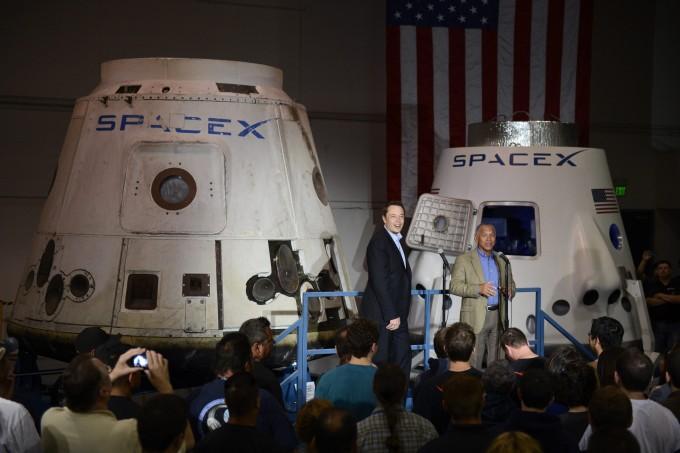 일론 머스크 스페이스X CEO가 세계 최초 민간우주화물선 ′드래건′ 앞에 서 있다. EPA/연합뉴스