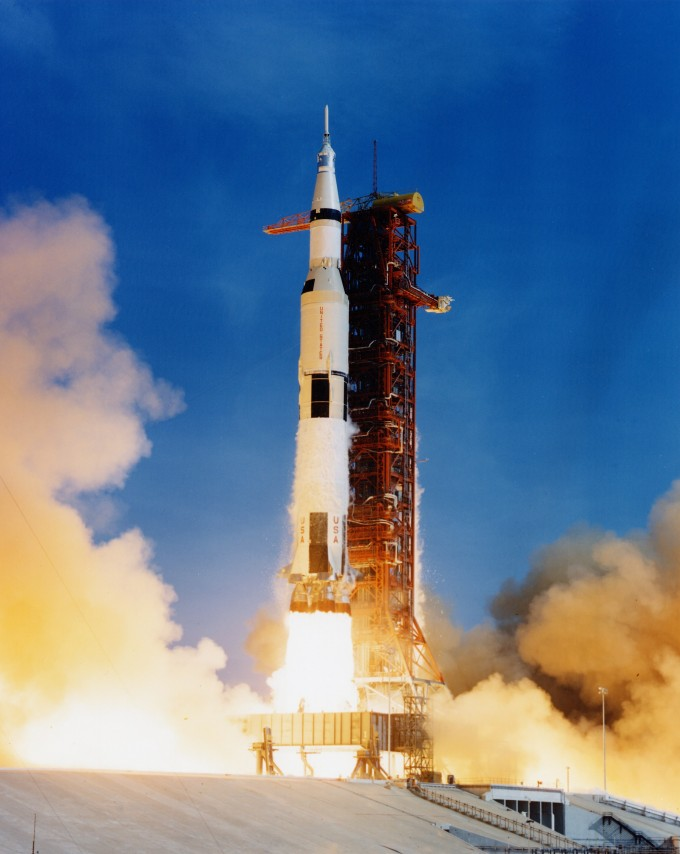 1969년 7월 16일 미국 플로리다주 케이프커내버럴 공군기지 내 케네디 우주센터 39A 발사대에서 아폴로 11호를 실은 새턴V 로켓이 발사되고 있다. 미국항공우주국(NASA) 제공