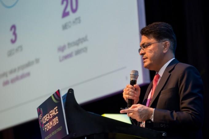 말릭 임란 칸 SES 네트웍스 아시아태평양 데이터세일즈 부사장이 SES의 그간 성과에 대해 소개하고 있다. 코리아스페이스포럼/AZA
