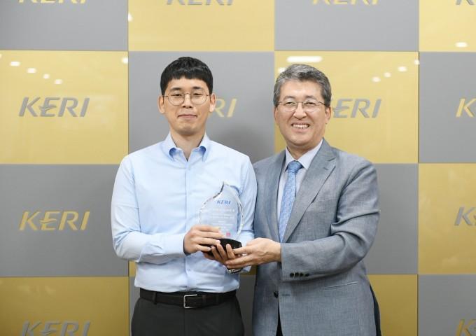 위행복 한국전기연구원(KERI) 안전보안실 안전보건담당(왼쪽)이 최규하 원장(오른쪽)으로부터 이달의 KERI인상을 받고 기념사진을 찍고 있다. 한국전기연구원 제공