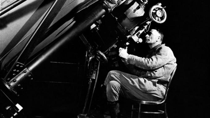 미국 윌슨 산 천문대의 100인치 후커망원경을 통해 천체를 바라보는 포즈를 취한 에드윈 허블. 허블은 당시 세계에서 가장 구경이 큰 이 망원경으로 우리은하가 우주의 전부가 아니라는 사실(1924년)과 우주가 팽창한다는 사실(1929년)을 발견해 가장 위대한 천문학자가 됐다.