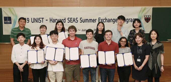 UNIST-하버드대 공대 하계 프로그램 수료식이 19일 UNIST에서 열렸다. 사진은 프로그램에 참가한 학생들과 지도교수들. 뒷쪽 맨 왼쪽이 이 프로그램을 운영하고 있는 서관용 에너지및화학공학부 교수다. UNIST 제공