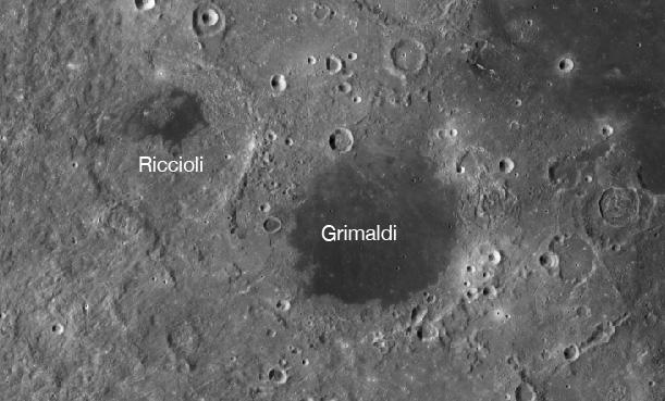 이번 연구에서 헬륨-3가 가장 풍부하다고 밝혀진 두 충돌구인 리치올리(왼쪽)와그리말디. 평평한 지형이라 달착륙에도 적합할 것으로 추정된다. 연구팀은 한국 달탐사선 임무 때 상세 촬영을 요청할 계획이다. 사진제공 NASA