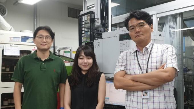 함형철 한국과학기술연구원(KIST) 수소·연료전지연구단 책임연구원(왼쪽)과 하정명 청정에너지연구센터 책임연구원(오른쪽), 임서연 박사과정생 공동연구팀은 컴퓨터 계산을 통해 저렴한 메탄가스에서 고부가가치의 에틸렌을 얻을 수 있는 새로운 촉매를 찾아냈다. 한국과학기술연구원 제공