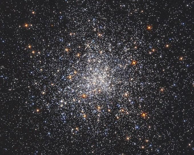 지난 16일 시카고대 웬디 프리드먼 교수팀은 적색거성(주황색 별들)을 표준촛불로 써서 얻은 허블상수가 69.8이라고 발표했다. 이는 세페이드 변광성 관측에서 얻은 허블상수(74.03)보다 우주배경복사를 분석해 얻은 허블상수(67.66)에 더 가까운 값이다. NASA 제공