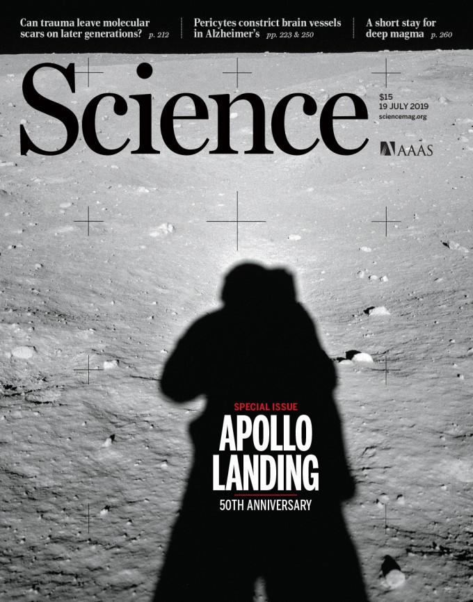 7월 20일은 인류 역사상 최초로 달에 첫 발을 디딘 지 50년이 되는 날이다. 1969년 7월 20일, 전 세계인이 텔레비전으로 지켜보는 가운데 미국의 아폴로 11호의 달착륙선 ′이글′이 달에 착륙했다. 그리고 닐 암스트롱이 달 표면에 첫 발자국을 찍었다.이를 기념해 사이언스에서는 아폴로 11호 첫 착륙의 의미와, 최근 달에 대해 어떤 연구를 진행해왔는지를 짚었다. 사이언스 제공