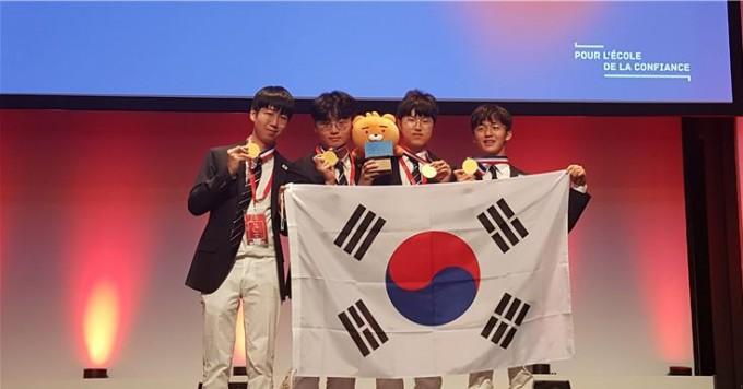 최일규군(서울과학고 3)과 김지우군(서울과학고 3), 최혁규균(경기과학고 3), 홍주한군(서울과학고 3)이 모두 금메달을 수상했다. 한국과학창의재단 제공