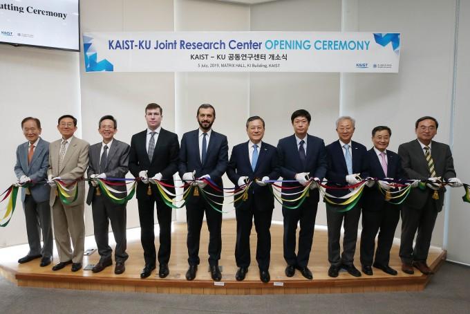 5일 대전 KAIST 본원 캠퍼스내 KI빌딩에서 열린'KAIST-KU 공동연구센터'개소식에서 아랍에미리트(UAE) 칼리파대학(KU)과 KAIST 관계자들이 테이프 커팅식을 하고 있다. KAIST 제공