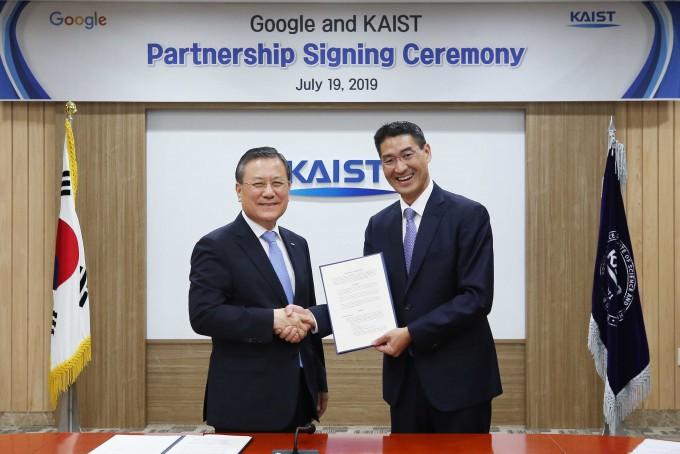 KAIST와 구글이 19일 오후 KAIST 대전 본원에서 산학협력 파트너십 협약식을 체결했다. KAIST 제공