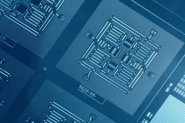 2015년 IBM이 개발한 큐비트 회로. 양자중첩 현상을 구현할 수 있다. IBM 리서치 제공