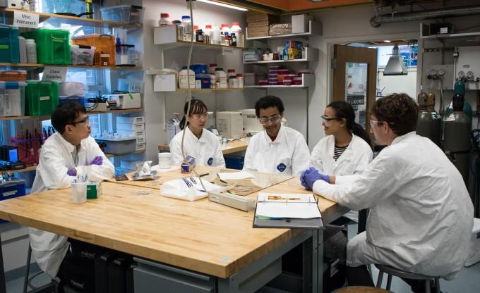 하버드대 공대 실험실에서 토론 중인 학생들의 모습. UNIST 제공