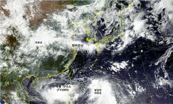 천리안2A호가 7월 17일 오전 11시에 촬영한 한반도 주변 장마전선과 태풍 다나스. 과기정통부 제공.