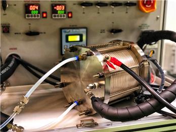 개발된 촉매를 적용하기 위해 대면적 전극이 장착된 음이온교환막 수전해 스택 실험 장면. 재료연구소 제공.