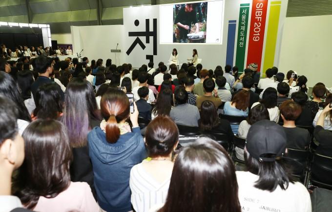 질의응답이 오가는 강연장의 모습. 연합뉴스 제공