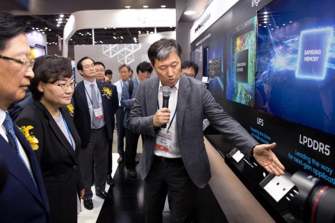 나노코리아 2019에서 문미옥 과학기술정보통신부 제1차관이 박성준 삼성전자 상무로부터 LPDDR5에 대한 설명을 듣고 있다.