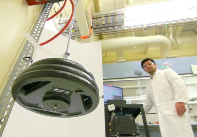 미국 텍사스대 연구팀이 2014년 개발한 섬유 인공근육으로 바벨을 들어올리는 실험을 하고 있다. 이번 연구는 이 인공근육을 개량해 들어올릴 수 있는 무게를 이전보다 9배 증가시켰다. 텍사스대 제공