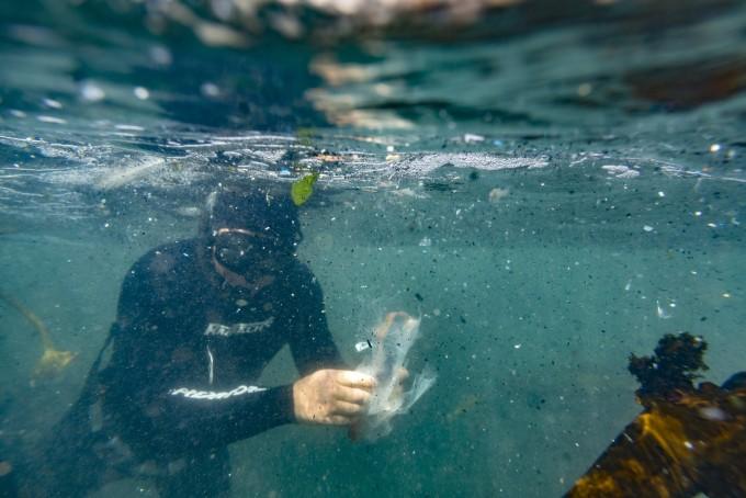 남아프리카 해안가에서 다이버가 미세플라스틱과 플라스틱 잔해물들을 수집하고 있다. EPA/연합뉴스