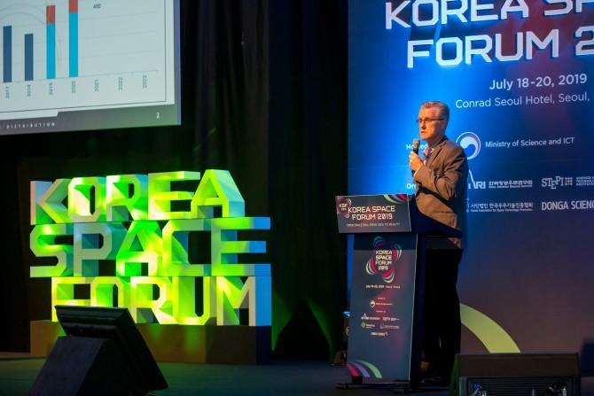 에릭 베스나드 벡터론치 공동창업자 겸 최고기술책임자(CTO)가 18일 서울 여의도 콘래드호텔에서 열린 코리아스페이스포럼에서 벡터론치의 개발 내용에 대해 발표하고 있다. 코리아스페이스포럼/AZA