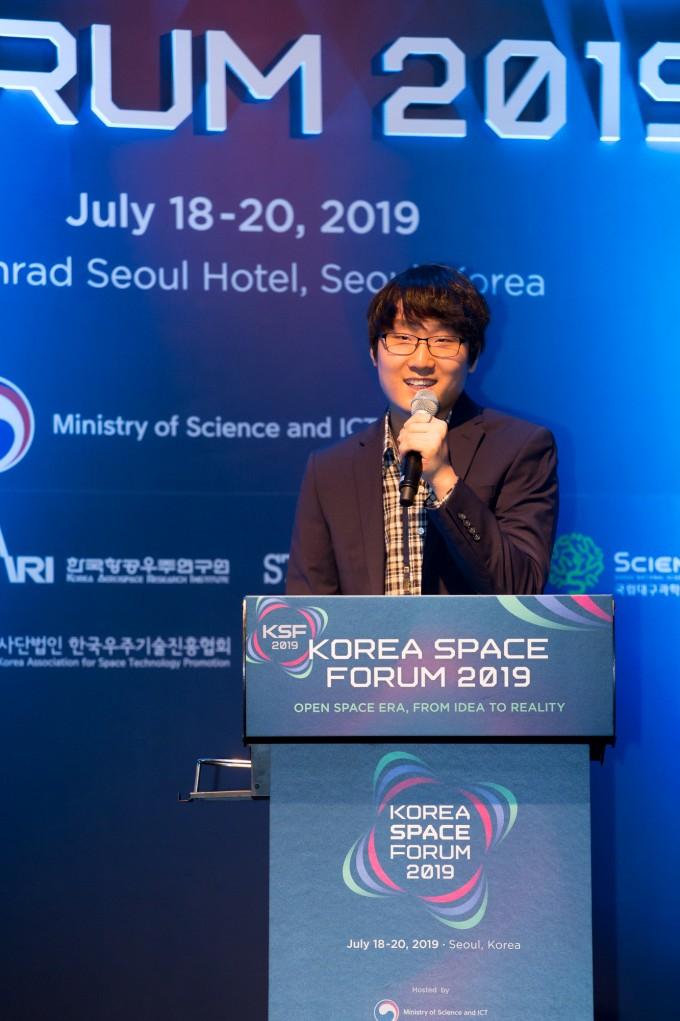 """신 대표는 """"페리지항공우주는 초소형 인공위성을 궤도까지 발사하는 데 적합한 소형 발사체를 개발하고 있다""""고 소개했다."""