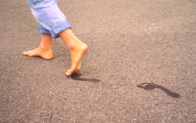 인류는 600만 년 전 직립한 이래 내내 맨발로 지내다 불과 수천 년 전부터 신을 만들어 신기 시작했다. 즉 신을 신은 발보다 맨발일 때가 걷거나 뛰기에 더 자연스러운 상태라는 말이다. 위키피디아 제공
