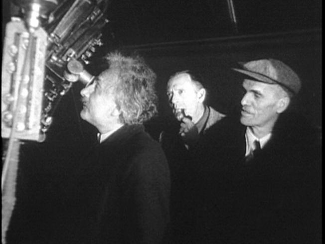 1931년 윌슨 산 천문대를 방문한 아인슈타인(왼쪽)이 천문대장 월터 애덤스(오른쪽)의 안내로 100인치 후커망원경을 들여다보는 모습을 입에 파이프를 문 채 허블이 유심히 바라보고 있다. 이때 아인슈타인은 52세, 허블은 42세였다.