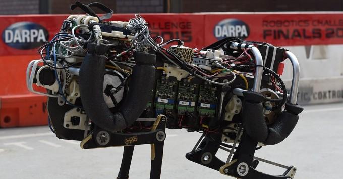 미국 국방부 연구소인 다르파 DARPA가 주최하는 로봇 경연대회인 ′다르파 로보틱스 챌린지′. 최첨단 기술로 무장한 로봇들이 전 세계에서 모여 재난 구조 업무를 수행하며 실력을 겨룬다. 연합뉴스/게티