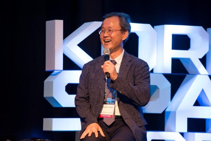 황창전 한국항공우주연구원 책임연구원은 19일 서울 여의도 콘래드호텔에서 열린 첫 글로벌 우주포럼 ′코리아스페이스포럼 2019′에서 미래형 항공기인 전기충전식 수직이착륙 비행기(eVOTL)에 대해 소개했다. 코리아스페이스포럼/AZA