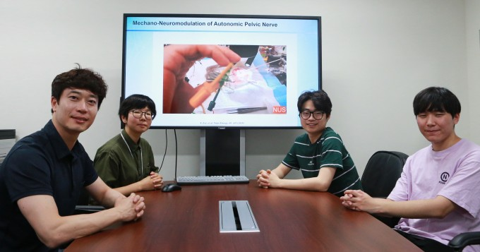 이상훈(왼쪽) 대구경북과학기술원(DGIST) 로봇공학전공 교수 연구팀은 청구오 리 싱가포르 국립대 컴퓨터공학과 교수 연구팀과 함께 인체에서 발생하는 기계적 운동에너지로 신경자극신호를 발생시켜 말초신경을 자극하는 신경조절 인터페이스를 개발했다. DGIST 제공