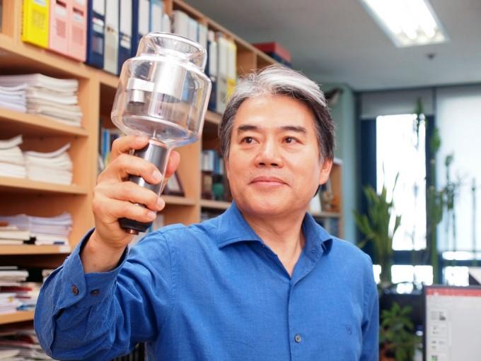 이철진 고려대 전기전자공학부 교수가 13일 서울 성북구 고려대 안암캠퍼스 연구실에서 21년의 연구 끝에 자체 개발에 성공한 차세대 X선 발생 장치(냉음극 X선튜브)를 들고 있다. 기존 기술보다 효율성이 최대 100배 높다. 윤신영 기자