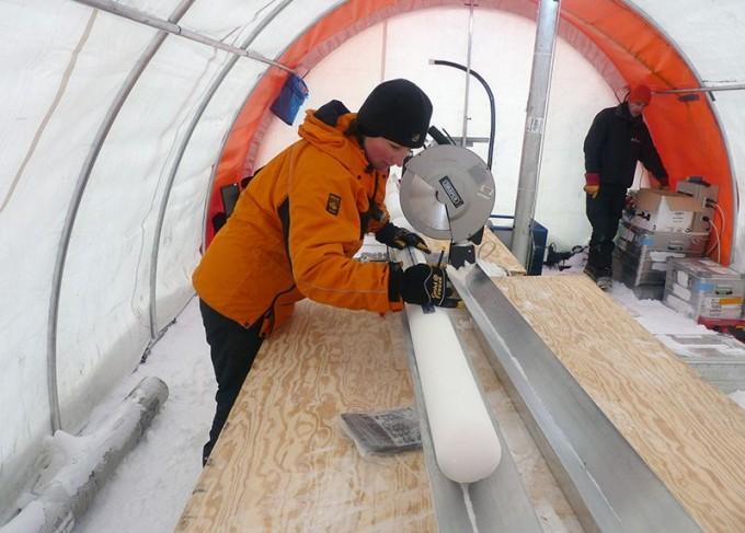 영국 케임브리지대 연구팀이 남극대륙에서 채취한 아이스 코어. 빙하에서 최근에 쌓인 층에는 그간 인간 활동으로 인한 방사성 물질이나 중금속, 플라이애시 등이 쌓여있다. 리즈 토마스 제공